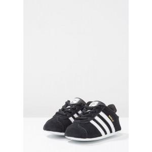 Basket Gazelle bébé nubuk noir/blanc
